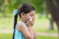 Kleines Mädchen, das seine Nase durchbrennt Lizenzfreie Stockfotos