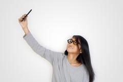 Kleines Mädchen, das Selfie-Foto macht Stockfotografie