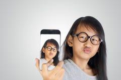 Kleines Mädchen, das Selfie-Foto macht Stockfotos