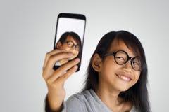 Kleines Mädchen, das Selfie-Foto macht Lizenzfreie Stockbilder