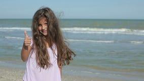 Kleines Mädchen, das sich Daumen zeigt stock footage