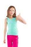 Kleines Mädchen, das sich Daumen zeigt Lizenzfreies Stockfoto