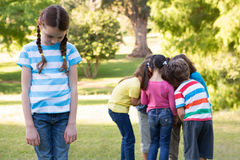 Kleines Mädchen, das sich heraus im Park link fühlt stockfotos