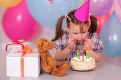 Kleines Mädchen, das sich vorbereitet, die Kerzen heraus durchzubrennen Stockfotografie