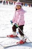 Kleines Mädchen, das Skifahren erlernt Stockfotos