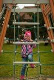 Kleines Mädchen, das Spaß auf den Anziehungskräften der Kinder hat Lizenzfreies Stockfoto