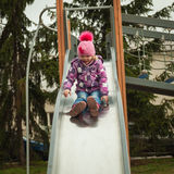 Kleines Mädchen, das Spaß auf den Anziehungskräften der Kinder hat Stockfotografie