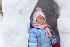 Kleines Mädchen, das Spaß in der Schneehöhle hat Stockfotos