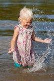 Kleines Mädchen, das Spaß hat Stockfoto
