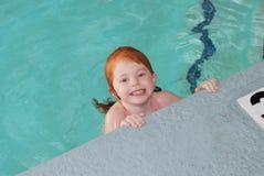 Kleines Mädchen, das Spaß im Pool hat Stockfotografie