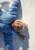 Kleines Mädchen, das Spaß im Schnee hat Stockfoto