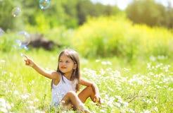 Kleines Mädchen, das Spaß im Sommertag hat Stockfotografie