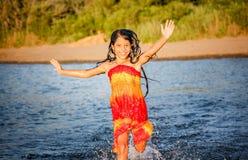 Kleines Mädchen, das Spaß im Wasser in Ada-bojana, Montenegro hat Stockbilder