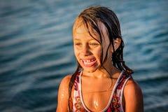 Kleines Mädchen, das Spaß im Wasser in Ada-bojana, Montenegro hat Lizenzfreies Stockfoto