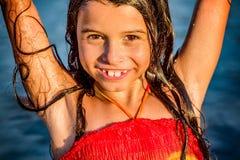 Kleines Mädchen, das Spaß im Wasser in Ada-bojana, Montenegro hat Lizenzfreies Stockbild