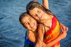 Kleines Mädchen, das Spaß im Wasser in Ada-bojana, Montenegro hat Stockbild