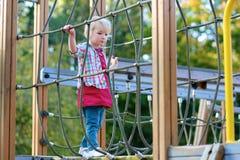 Kleines Mädchen, das Spaß am Spielplatz hat Lizenzfreies Stockbild
