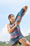 Kleines Mädchen, das Spaß am Strand hat Lizenzfreie Stockbilder