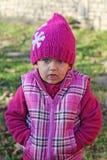 Kleines Mädchen, das sulkily schaut stockfoto