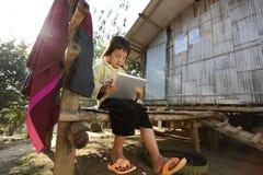 Kleines Mädchen, das Tablette verwendet lizenzfreie stockbilder