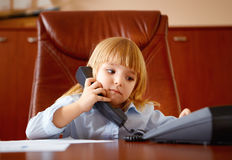 Kleines Mädchen, das am Telefon spricht Stockbilder