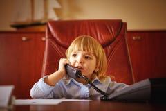 Kleines Mädchen, das am Telefon spricht Stockbild
