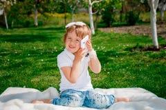 Kleines Mädchen, das am Telefon spricht Stockfotos