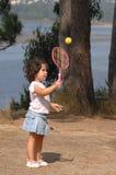 Kleines Mädchen, das Tennis spielt Stockbilder