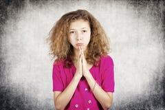 Kleines Mädchen, das um Verzeihen bittet Stockfotografie