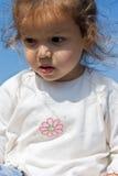 Kleines Mädchen, das unten schaut Stockfoto