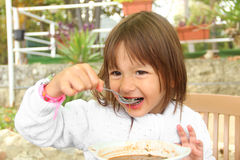 Kleines Mädchen, das vegetarische Suppe isst Lizenzfreie Stockfotos