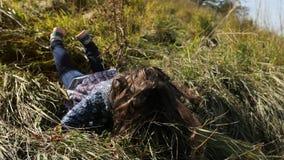 Kleines Mädchen, das vom Hügel und von den Fällen läuft stock video
