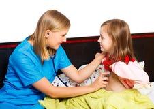 Kleines Mädchen, das vom Kinderarzt überprüft wird Stockfotos