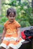 Kleines Mädchen, das vom Wandern im Wald stillsteht Stockbilder