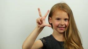 Kleines Mädchen, das von fünf bis null zählt Count-down auf der Hand stock footage