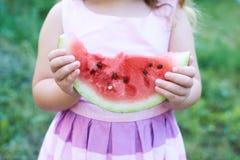 Kleines Mädchen, das Wassermelonenstück hält Lizenzfreies Stockbild