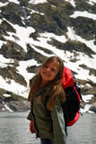 Kleines Mädchen, das Weg in den Hight Bergen tuend lächelt Stockfoto