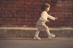 Kleines Mädchen, das weg geht stockbilder