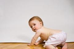 Kleines Mädchen, das weg kriecht Lizenzfreie Stockbilder