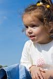 Kleines Mädchen, das weg schaut Stockbilder