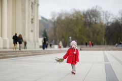 Kleines Mädchen, das Weidenniederlassungen auf Ostern hält Lizenzfreies Stockfoto