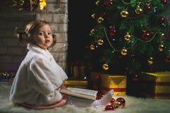 Kleines Mädchen, das Weihnachtsbaum verziert lizenzfreie stockbilder
