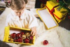Kleines Mädchen, das Weihnachtsbaum verziert lizenzfreie stockfotos