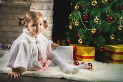 Kleines Mädchen, das Weihnachtsbaum verziert stockfoto