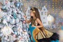 Kleines Mädchen, das Weihnachtsbaum verziert Weihnachten Neues Jahr Weihnachtsabend Innenhaus lizenzfreie stockbilder