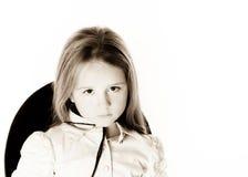 Kleines Mädchen, das wie ein Modell in Mutter ` s Hut aufwirft Lizenzfreies Stockfoto