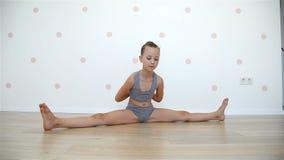 Kleines Mädchen, das Yogaübungen tut stock video