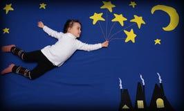 Kleines Mädchen, das zu den Sternen fliegt lizenzfreie stockbilder
