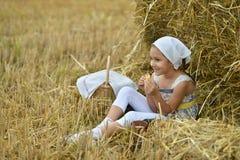 Kleines Mädchen, das zu Mittag isst Stockfotografie