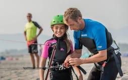 Kleines Mädchen, das zum kitesurf lernt Lizenzfreie Stockbilder